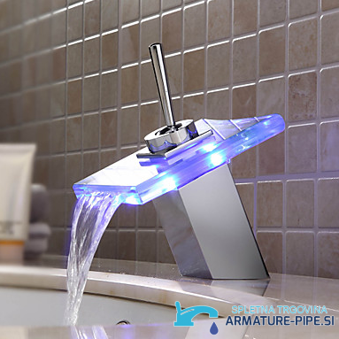 LED pipa za kopalnico EYN MF161 - sodobna kopalniška armatura - z desne